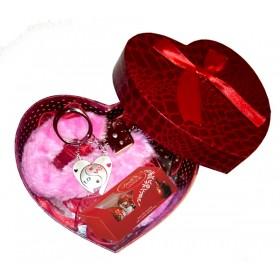Кутия сърце с белезници, бонбони и ключодържатели