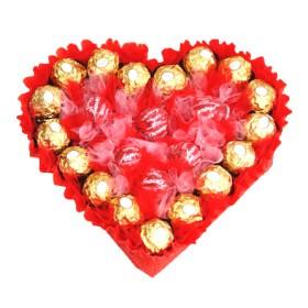 Сърце от луксозни шоколадови бонбони